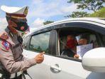 seorang-pengendara-menunjukan-surat-tes-covid-kepada-petugas-kepolisian-saat-operasi-yustisi.jpg