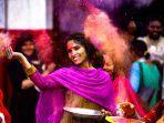 seorang-wanita-yang-mengikuti-perayaan-di-india.jpg