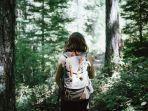 seorang-wanita-yang-sedang-melakukan-trekking-di-gunung.jpg
