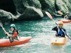 seorang-wisatawan-saat-bermain-kayak-di-sungai-namu-sira-sira.jpg