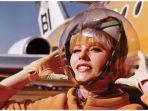 seragam-pramugari-dengan-helm-astronot.jpg
