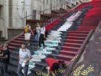 tangga-yang-dilukis-oleh-mahasiswa-dari-universitas-seni-rupa-mimar-sinan.jpg
