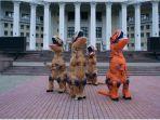tangkapan-layar-cover-dance-dengan-kostum-dinosaurus.jpg