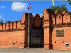 tembok-bersejarah-tha-pae-di-chiang-mai-thailand_20181029_193237.jpg