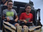 turis-yang-menikmati-main-roller-coaster.jpg