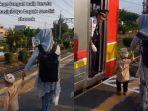 video-seorang-wanita-bersama-anak-sedang-berangkat-kondangan.jpg