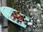 video-udara-menunjukkan-perahu-dengan-ujung-depannya-di-atas-tepi-bendungan-setinggi-36-kaki.jpg