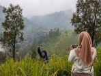 wisatawan-berfoto-di-bukit-mongkrang.jpg