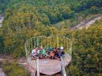 wisatawan-berfoto-di-jembatan-buntu-sengon-kabupaten-batang.jpg