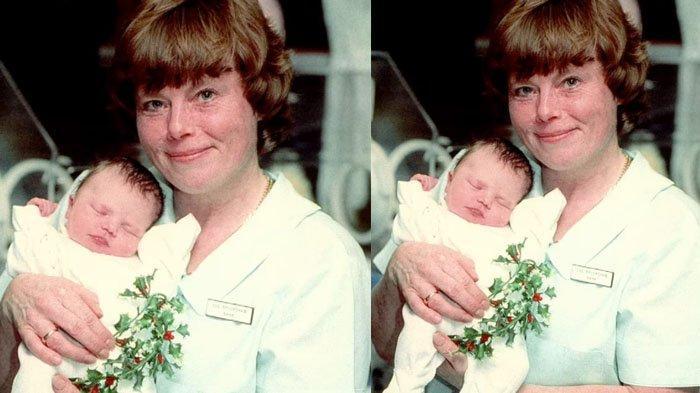 Foto Leah saat masih bayi digendong seorang perawat