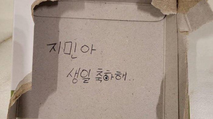 Jin tulis ucapan ultah untuk Jimin di karton sobek.