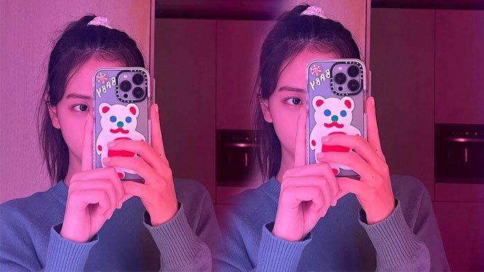 Jisoo BLACKPINK mirror selfie menggunakan iPhone
