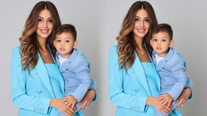 Oksana Voevodina bersama anaknya tampil serasi