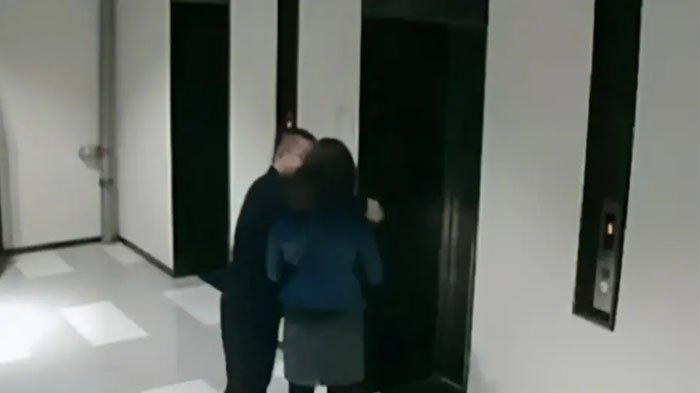 Zhao selingkuh di hotel dengan guru Wang