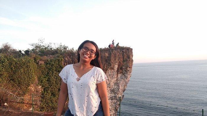 Menikmati Sunset di Tebing Karang Boma