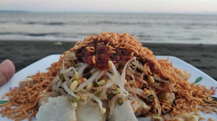 Sensasi Makan Tipat Santok di Pinggir Pantai Lembeng