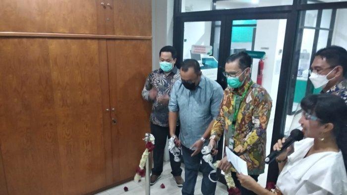 Peresmian Laboratorium PCR  yang berlokasi di Jl. Diponegoro No. 147 Oleh  dr. Dennis Jacobus, Sp.PK, dr. Ivan Rizal Sini, Sp.OG, Ir. Mesha Rizal Sini, Nurhadi Yudiyanto, SE.AK (kiri ke kanan)