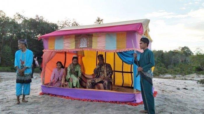 FOTO 3 : Salah satu Sanggar di Kabupaten Lingga. Sanggar Seni Diram Perkase, Desa Sungai Buluh, Kecamatan Singkep Barat yang menampilkan teater bangsawan melayu.