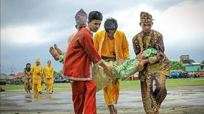 FOTO 1 : Salah satu Sanggar di Kabupaten Lingga. Sanggar Seni Diram Perkase, Desa Sungai Buluh, Kecamatan Singkep Barat yang menampilkan teater bangsawan melayu.