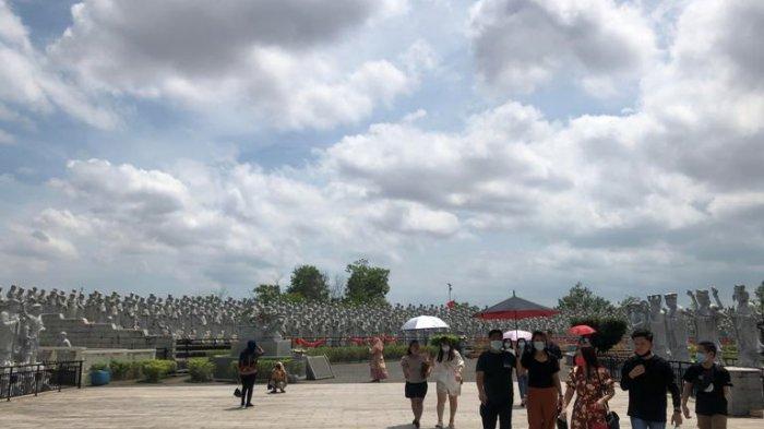 Suasana keramaian Vihara Ksitigarbha Bodhisatvva yang berada di Jalan Asia Afrika, Batu IX, Kecamatan Tanjungpinang Timur, Kota Tanjung Pinang, Provinsi Kepulauan Riau saat Momen Imlek 2021 tampak rami dikunjungi