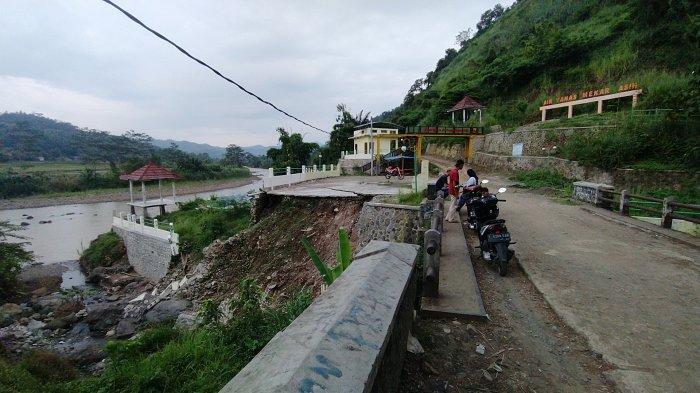 Tempat Parkir di Objek Wisata Air Panas Mekar Asih Ambles Sukabumi, Wisatawan Mengeluh