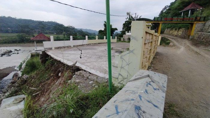 tempat parkir di wisata air panas di Desa Mekar Asih, Kecamatan Simpenan, Kabupaten Sukabumi