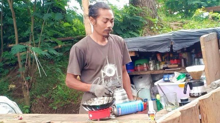 Ajew sedang meracik kopi di Bukit Batu Belang, Desa Cikidang,Kecamatan Lembang, Kabupaten Bandung Barat