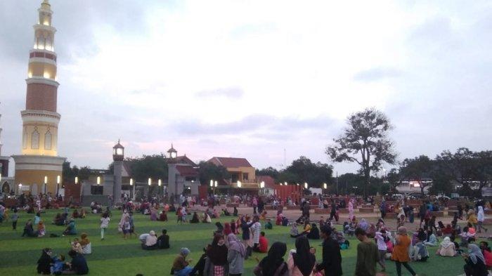 Suasana Alun-alun Majalengka yang dipadati pengunjung seusai diresmikan Bupati Majalengka, Karna Sobahi, Senin 8 Februari 2021