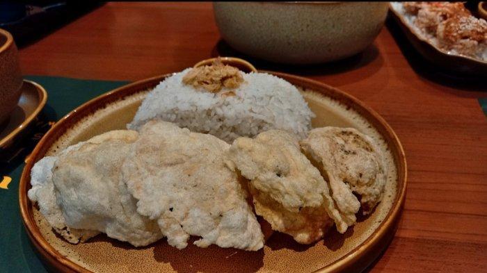nasi putih, kerupuk emping, dan sambal merah sebagai pelengkap asam iga