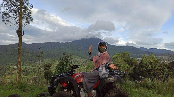 Mengendarai ATV di kawasan The Mulberry Hills, Desa Cibodas, Maribaya, Lembang, Kabupaten Bandung Barat.