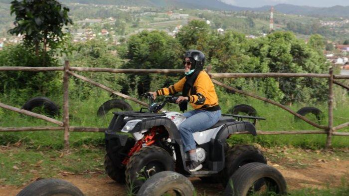 Wisatawan mencoba bermain ATV di The Mulberry Hills, Desa Cibodas, Maribaya, Lembang, Kabupaten Bandung Barat
