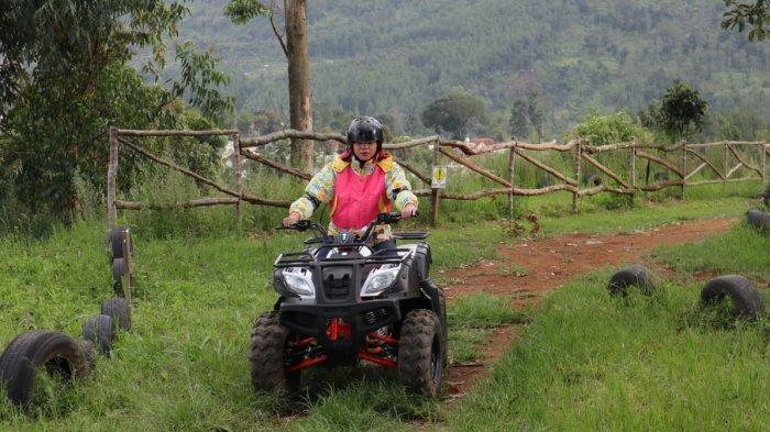 Bermain ATV di The Mulberry Hills, Desa Cibodas, Maribaya, Lembang, Kabupaten Bandung Barat