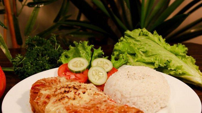 Sajian Ayam Noni Geprek Gibrig Mozarella khas Non Kitchen & Coffee.