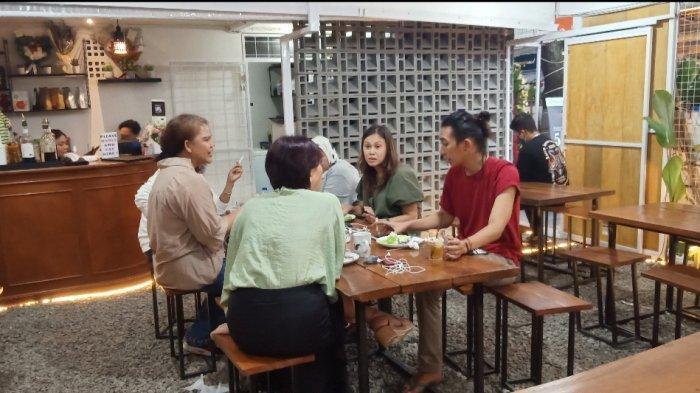 Suasana ayam kalasan di Ayam Kalasan 727 x Kopi dari Rumah di Jalan Buahbatu 234, Bandung