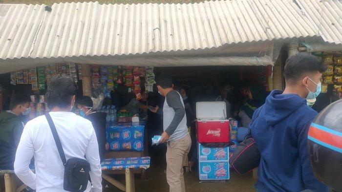 Kabid Destinasi dan Industri Pariwisata Disparbud Majalengka, Adhy Setya dibantu Satgas Covid-19 kecamatan setempat membagikan masker kepada pengunjung Terasering Panyaweuyan Majalengka, Sabtu (15/5/2021)