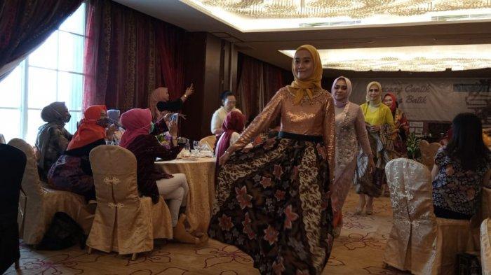 Peragaan busana batik Laksmi dalam acara Bincang Batik di Hotel Belviu, Bandung