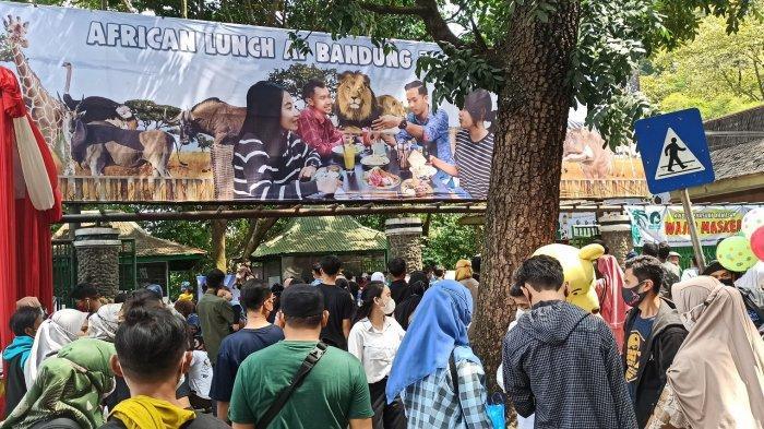 Pengunjung mendatangi Bandung Zoological Garden (Bazoga), Jumat (14/5/2021)