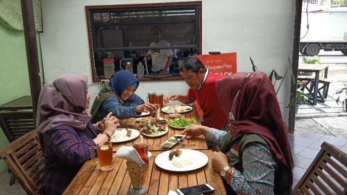 Tempat makan Bebek Bakar A'Yayo di Jalan Bengawan, Bandung