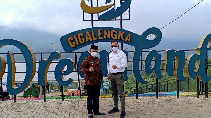 Bupati Bandung, Dadang Supriatna (kiri) dan Ketua Tim Percepatan Pariwisata, Ilham Sunaryanto, saat peresmian Bedas Smart Tourism, di Dreamland Cicalengka, Kabupaten Bandung, Kamis (6/5/2021).