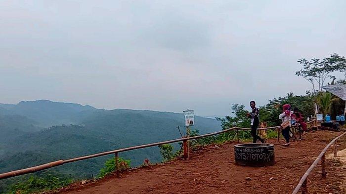Tempat wisata alam Karang Paningal, Bukit Panenjoan (Bukit Penglihatan) di Dusun Panenjoan, Desa Kersaratu, Kecamatan Sidamulih, Kabupaten Pangandaran.