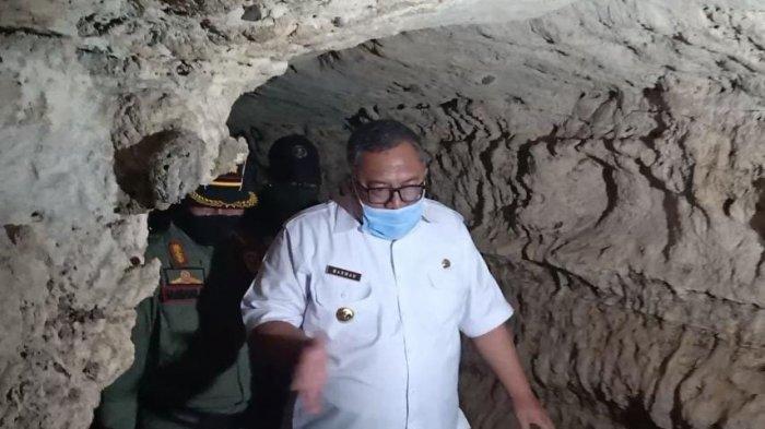 Bupati Sukabumi Marwan Hamami meninjau lokasi gua tempat fosil gigi hiu di Kampung Cigintung, Desa Gunungsungging, Kecamatan Surade, Kabupaten Sukabumi,