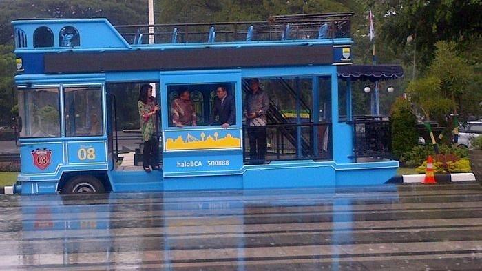 Satu unit bus Bandros terbaru di halaman Balai Kota Bandung, beberapa waktu lalu