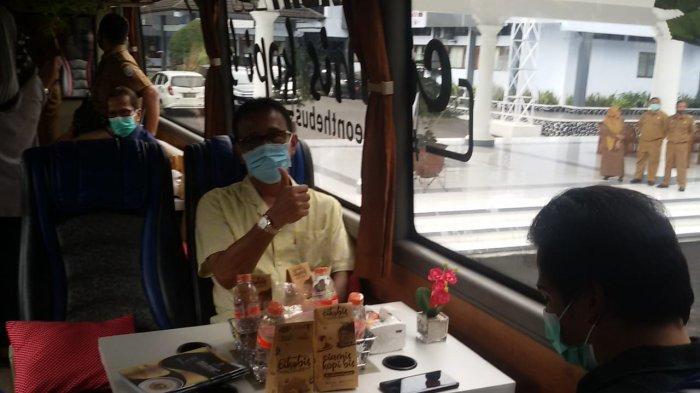 """Bupati Ciamis H Herdiat Sunarya mengacungkan jempol di dalam bus Cikobis (Ciamis Kopi dalam bis)"""" di halaman Pendopo Gedung Negara Ciamis, Senin (12/10) sore"""