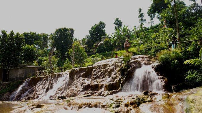 Curug Cipanas Nagrak di Kampung Nagrak, Desa Sukajaya, Kecamatan Lembang, Kabupaten Bandung Barat