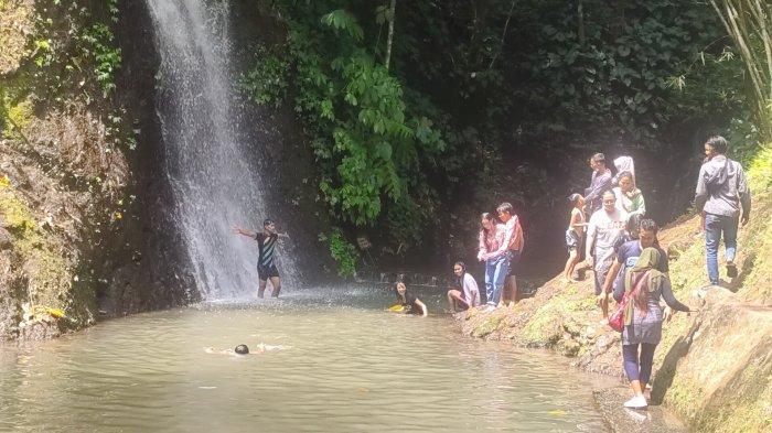 Suasana Objek Wisata Curug Cipeuteuy di Desa Bantaragung, Kecamatan Sindangwangi, Kabupaten Majalengka, Jumat (14/5/2021).