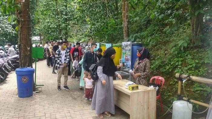 Pengunjung mendatangi Objek Wisata Curug Cipeuteuy di Desa Bantaragung, Kecamatan Sindangwangi, Kabupaten Majalengka, Jumat (14/5/2021).