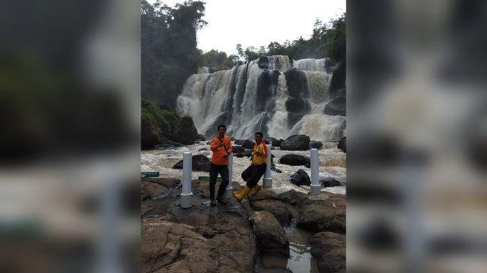 wisatawan di Curug Malela, di Kampung Manglid, Desa Cicadas, Kecamatan Rongga, Kabupaten Bandung Barat