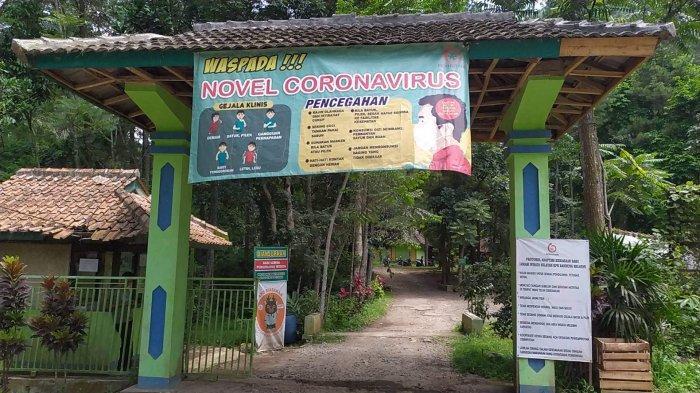 Gerbang ke objek wisata Curug Sawer di Kampung Asrama Radio, Desa Cililin Kecamatan Cililin, Kabupaten Bandung Barat (KBB).