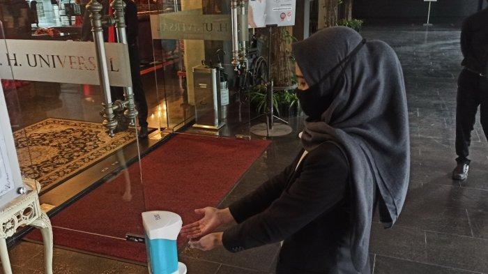 Pemberian disinfektan untuk tamu hotel GH Universal, Bandung
