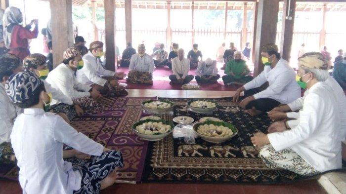 Keluarga besar Keraton Kanoman berdoa bersama sebelum menikmati apem dalam tradisi Rebo Wekasan di Bangsal Paseban Keraton Kanoman, Kecamatan Lemahwungkuk, Kota Cirebon, Rabu (14/10/2020).